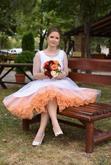 Ana a jej bodkované krátke svadobné šaty s farebnou spodnicou