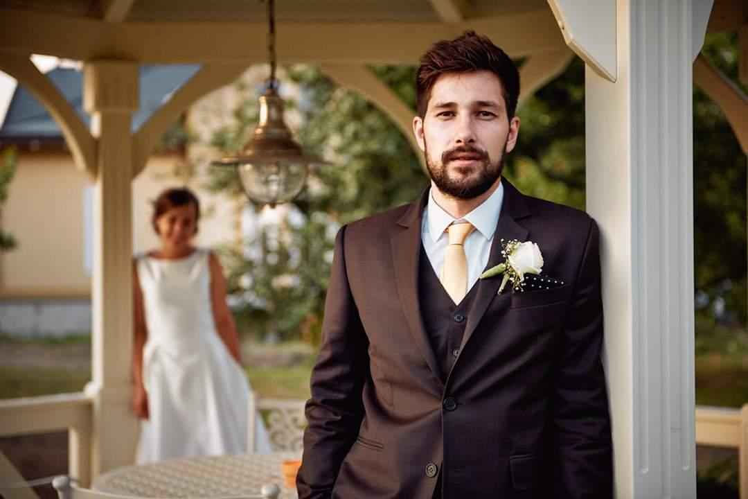 Kreatívny ženích značky Peter & Lucia - Jakub a jeho hnedý komplet (oblek, nohavice, vesta)