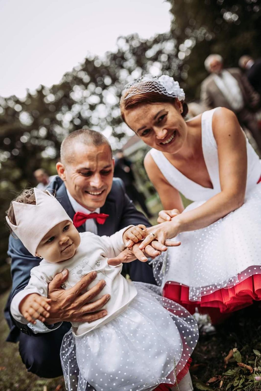 Janka a jej bodkované krátke svadobné šaty s farebnou spodnicou ❤ - Obrázok č. 1