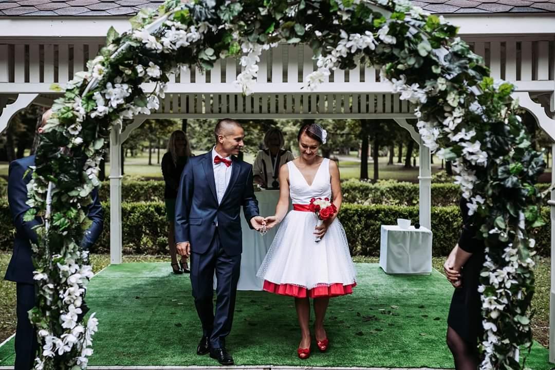 Janka a jej bodkované krátke svadobné šaty s farebnou spodnicou ❤ - Obrázok č. 2
