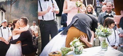 naše první novomanželská pusa :) byl vidět jen zadek, tak jsme museli udělat další :)
