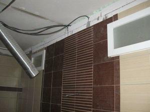okienka na priečke deliacej kúpelňu a kuchyňu