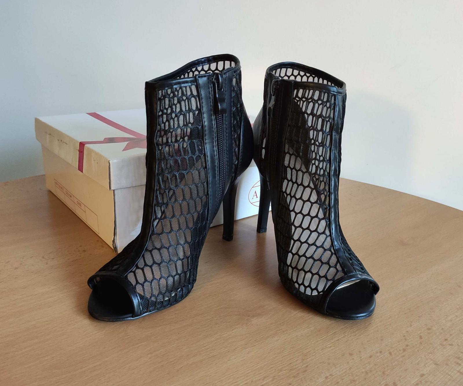 Černé síťované boty na podpatku - Obrázek č. 1