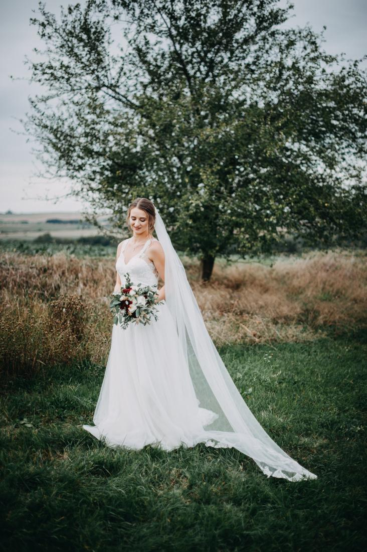 Krajkové svatební šaty s vlečkou - Obrázek č. 1