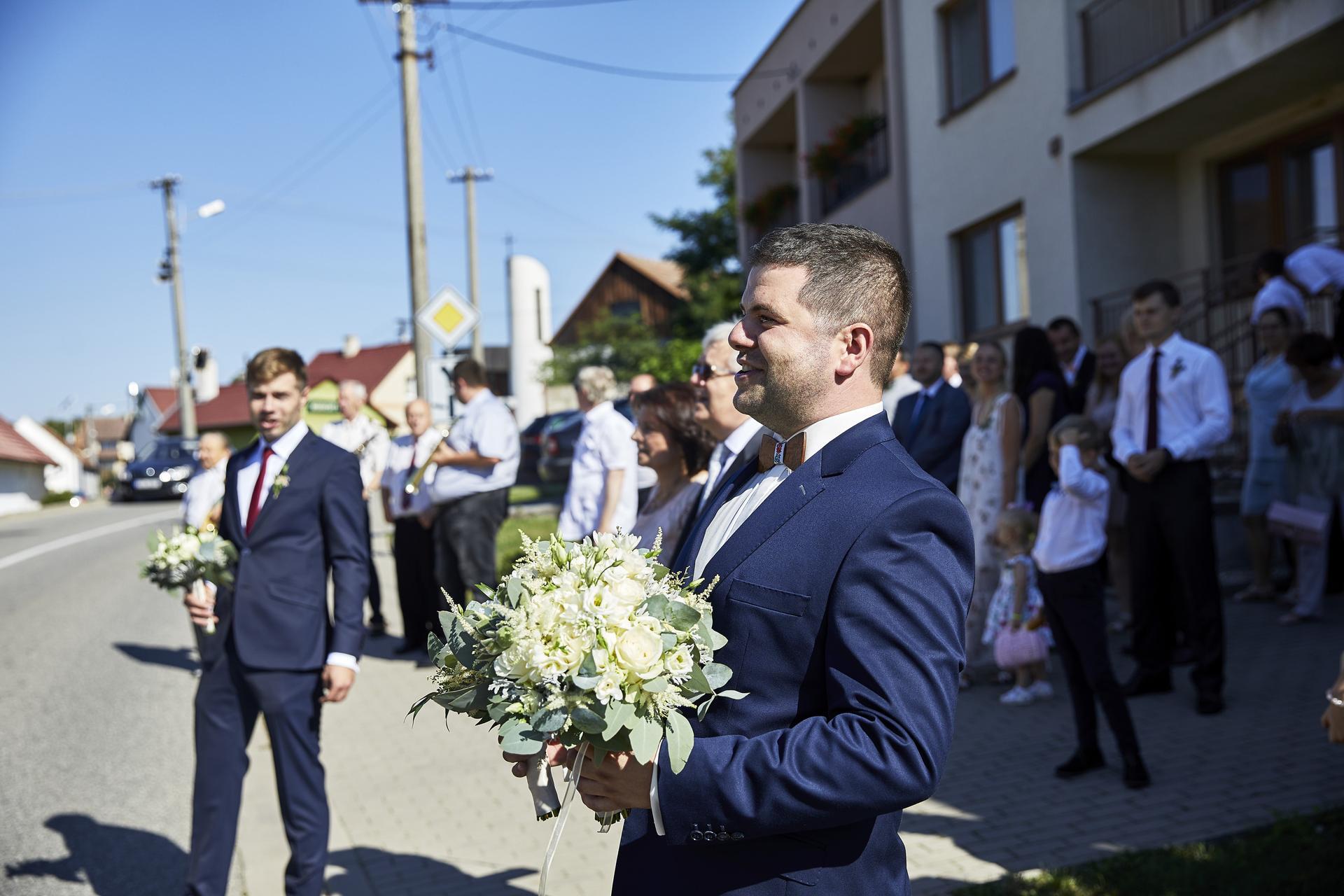 Naše slovácká svatba - Zpívání před barákem nevěsty.