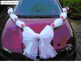 ozdoba na svadobnu limuzinu... ale s kremovymi kvetmi...