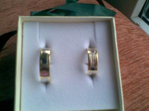 Naše prstýnky.Jsou krásný,ale nejdou dobře vyfotit,tak alesponˇ pro představu.V mém je uprostřed 5 zirkonů.