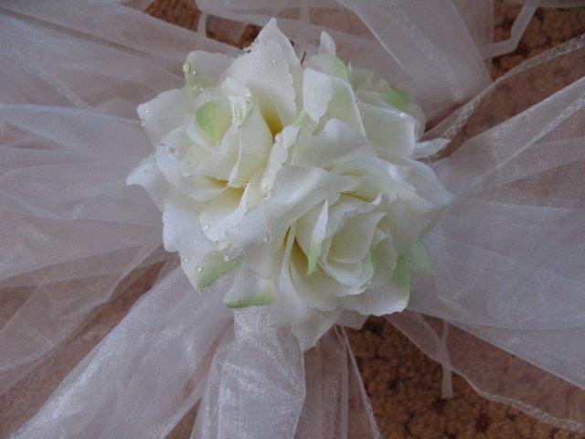 Přípravy - detial kytičky na mašli - je bílo-zelená
