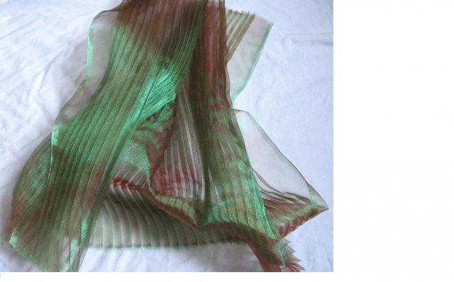 Přípravy - možná zelené plisování - ale hází odlesky do červena...