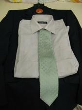 šedivá košile a zelenošedá kravata...