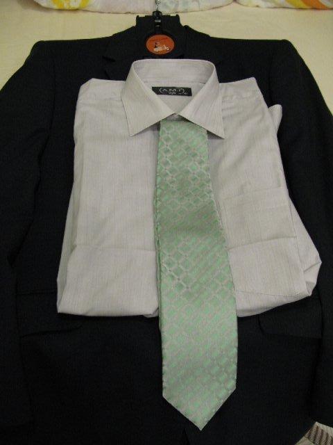 Přípravy - nové album - šedivá košile a zelenošedá kravata...