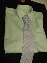světle zelená košile a šedá regata...