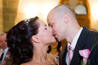 dlouhý novomanželský polibek