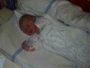 pár hodin po porodu, naše sluníčko spinká a odpočívá