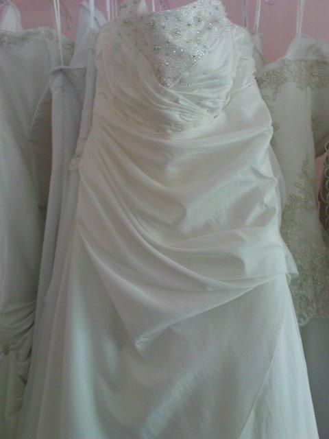 Moje svatebíní šaty na věšáku