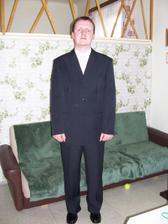 Ženich ve svatebním.. trošku znuděný tím, že se musí fotit a navíc v obleku.. :-)
