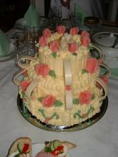 Tohle byl náš svatební dort, který se za horka trošku rozpadal...