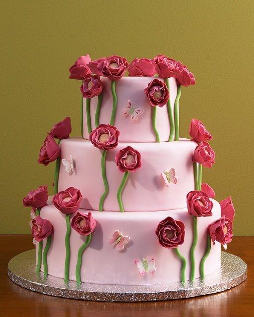 Zacali sa pripravy - pre tuto torticku som sa rozhodla a svadobcanom do krabice pribalime taku malicku s jednym tym ruzovym kvietockom