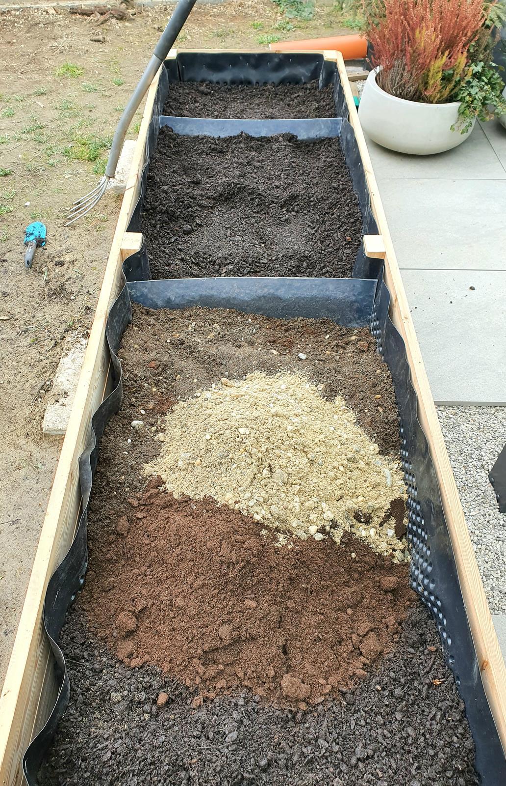 T-éčko po roku 🏡 - Rozne bylinky, rozne naroky 😁👍🌱🍃☘🍀 oddelenie casti pre agresivnu matu a oddiel pre suchozemske bylinky kde je zem zmiesana s perlitom, pieskom a strkom
