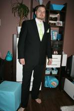 můj snoubenec v nově koupeném saku-v zeleném,protože jdemejako svědci na sestřiččinu svatbu )
