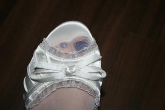 mé botky s bílýma silonkama a nalakovanýma nechtíkama :)