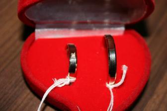 naše prstýnky-hurá doma :)