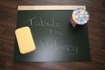 vyrobená tabule,křídy,houba-vše připravené :)