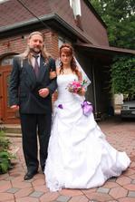 a nevěstinka si kráčí s tatínkem ještě svobodná