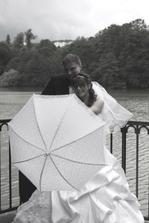 za deštníkem schovaní