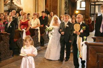 príchod do kostola  s Táničkou