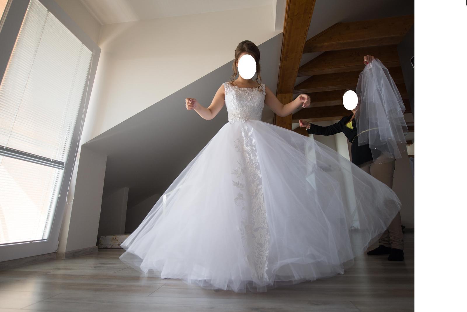 Biele svadobné šaty s vlečkou 36-38 - Obrázok č. 2