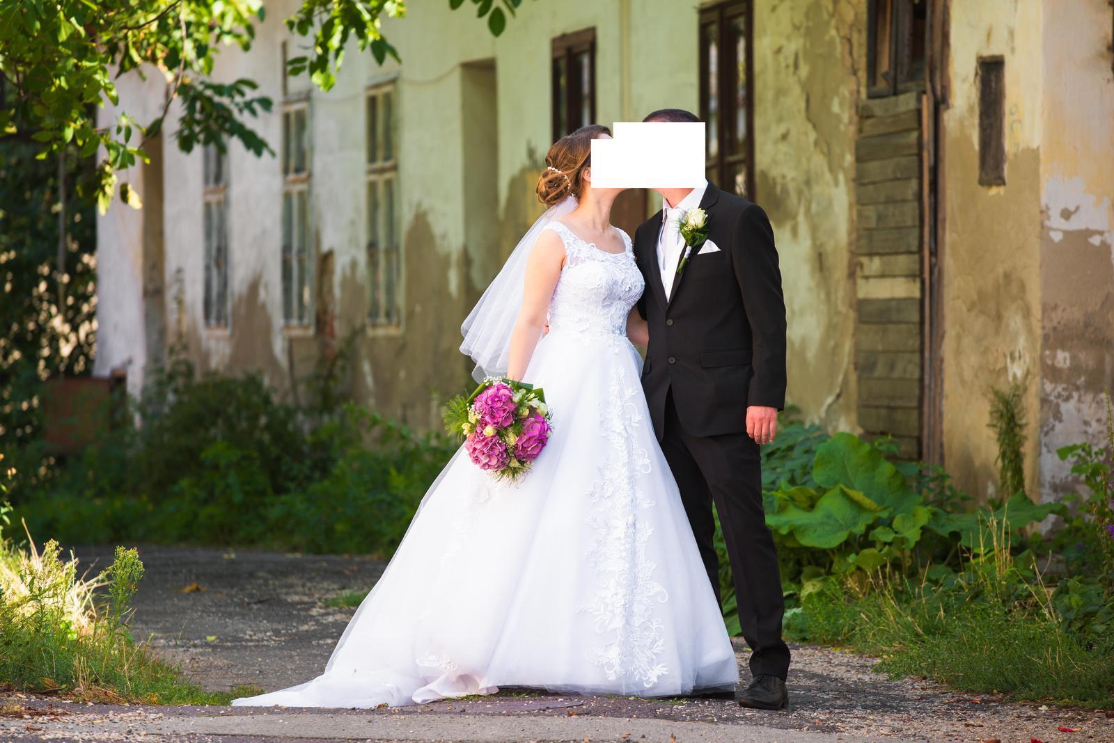 Biele svadobné šaty s vlečkou 36-38 - Obrázok č. 1