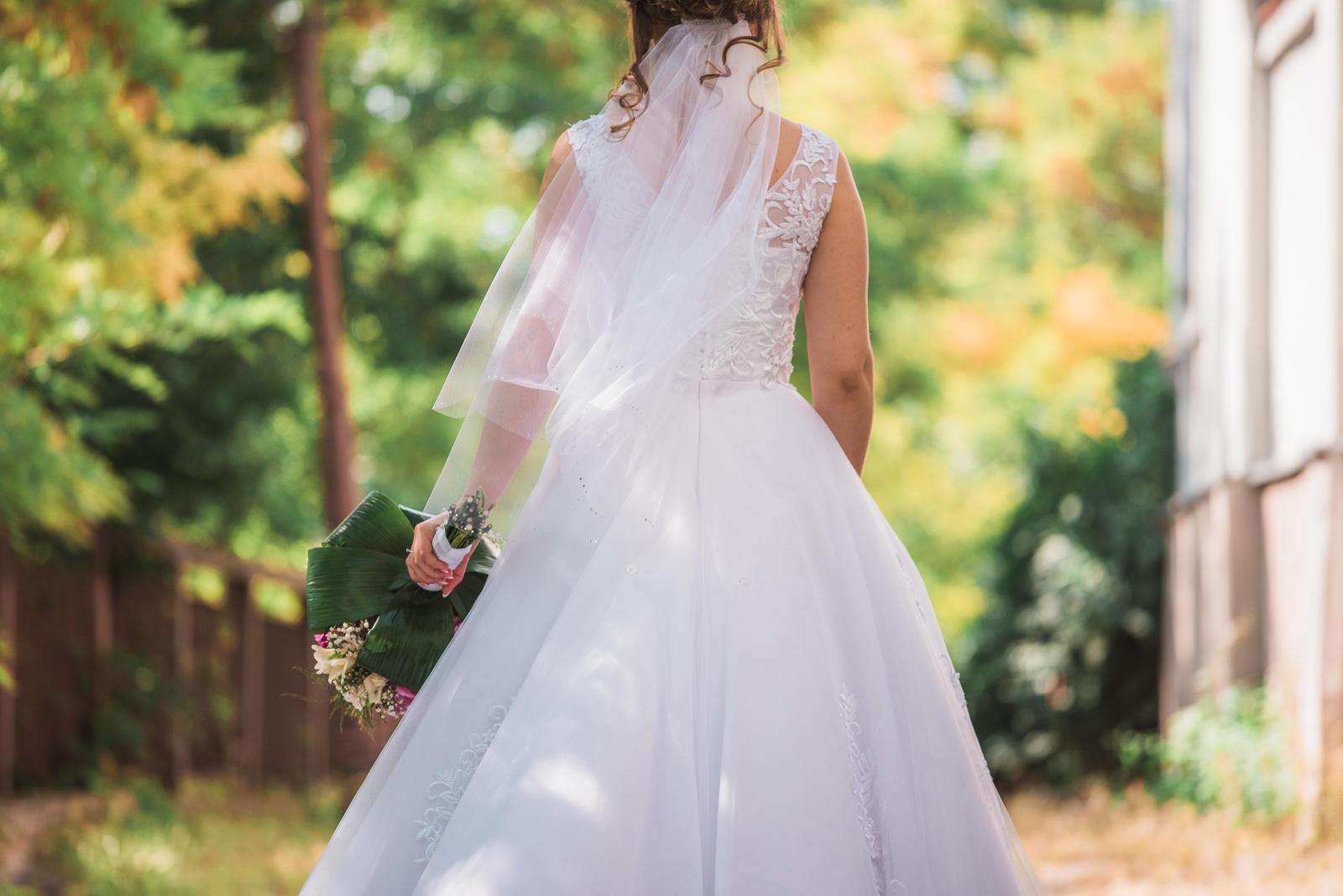 Biele svadobné šaty s vlečkou 36-38 - Obrázok č. 3