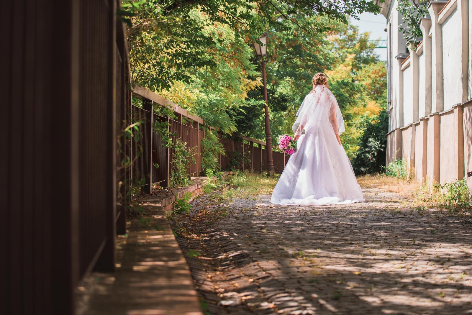 Biele svadobné šaty s vlečkou 36-38 - Obrázok č. 4