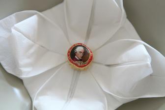 Originálne uložený servítok aj s darčekom pre hostí