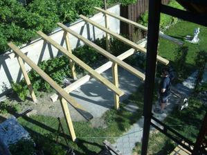 Začina sa budovať altán