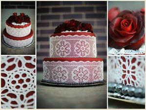 krajkový dort jako hlavní,připomíná kroj