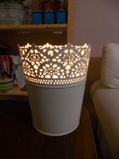 zkusila jsem do květináčku dát svíčku a vypadá to super-romanticky! nevím jestli se mi to podařilo dobře zachytit, ale...krásné:-))