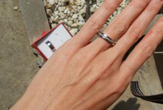 a na mojí blbý ruce:D. řekli byste e je mi velkej? jenže jak mám širokej kloub a hubenej prst, tak to jinak nejde, no. ale i tak mám vééélkou radost:D. prst si neuříznu, že jo ;D