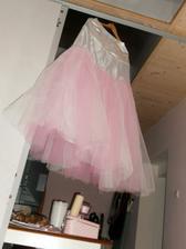 růžová spodnička...ještě jí přijde udělat jedna vrstva...je jen našpendlená;))