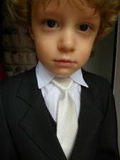 kravatku má mít pod vestou....porát si jí vyndaval XD