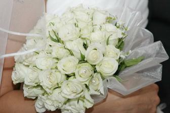 Dievcata tato kytica z 50 bielych ruzi ma nestala ani 20eu. Ruze som kupila v supermarkete, obviazalo sa to bielou organzou a zopar spendlikov:-) A vysledok som uplne zboznovala:-)