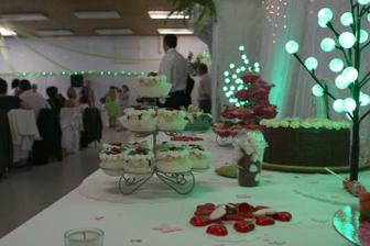 Na svadbu nepotrebujete vela penazi. Staci par vkusnych doplnkov ako napr. dobre osvetlenie, vkusne zakusky, dobre jedlo, par dalsich drobnosti a perfektnu naladu;-)