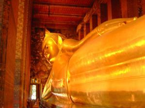 Obrovsky lezici zlaty Buddha Bangkok