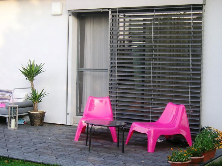 Záhradka - Žalúzie Sundoor, podlaha drevoplast, nábytok Ikea.