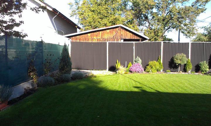 Záhradka - Dnes som vymyslela, ze do rohu by sa hodil altanok/pristresok. Cely den tam svieti slniecko.