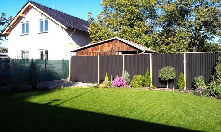 Záhradka - Altankom v rohu by som sa oddelila opticky od suseda. Su sice mili, ale su prilis blizko k plotu.