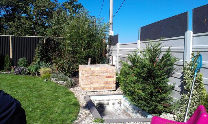 Záhradka - Tento velky ma az 120 x 120 cm. Planujem do neho zasadit nejaky strom - stalozelenu magnoliu, robiniu, katalpu alebo dalsi bambus. :-)