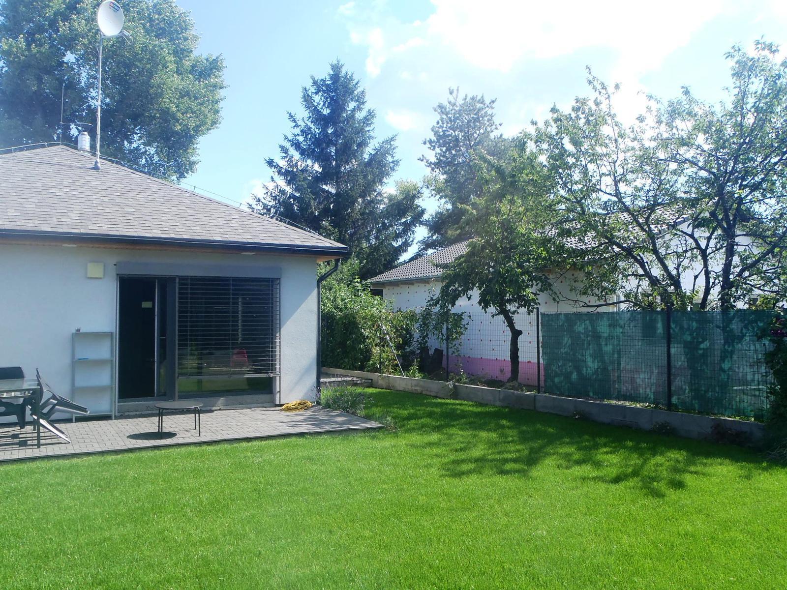Záhradka - Novy sused na vedľajšom pozemku. Našťastie bungalov. Ale asi sa strešným oknám v obývačke nevyhnem. :-( Cez zimu to odsledujem, koľko bude tieniť.