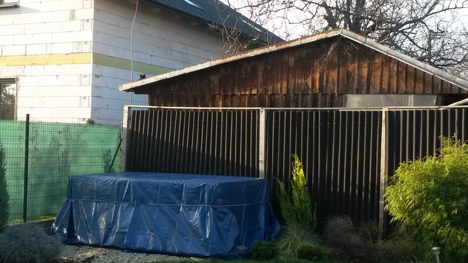 Záhradka - A pribudol mi aj maly bazenik. 3,4 m x 2,4 m, buduci rok pojde kusok do zeme + vymyslim nejaku drevenu obostavbu. Sa z neho tesim. :-)